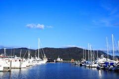 Yachts dans la baie sur le fond de bleu-ciel Photos libres de droits