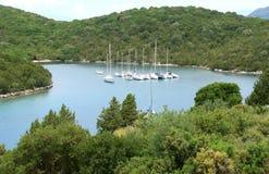 Yachts dans la baie verte Image stock