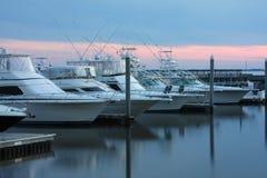 Yachts dans la marina au coucher du soleil Photos libres de droits