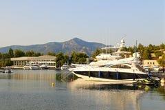 Yachts dans la marina au coucher du soleil Images stock