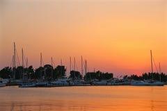 Yachts dans la marina au coucher du soleil photographie stock libre de droits