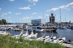 Yachts dans la marina de St Petersburg image libre de droits