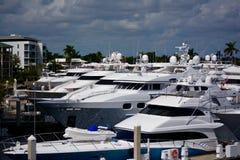 Yachts dans la marine photographie stock libre de droits