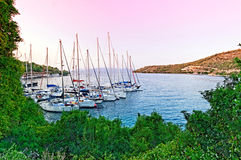 Yachts dans la petite marina Images stock
