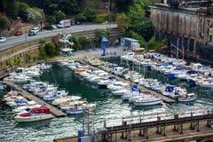 Yachts dans la petite marina par la route dans la zone industrielle Photo stock