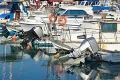 Yachts dans le groupe dans le parking au port Photo libre de droits