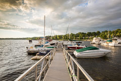 Yachts dans le port de Burlington Vermonte au coucher du soleil Photo stock