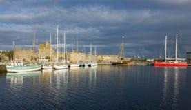 Yachts dans le port du saint Malo, France, vieille ville sous le cou de tempête photographie stock libre de droits