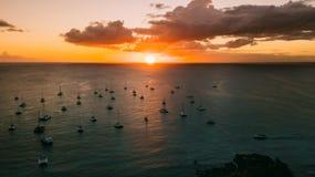 Yachts dans le soleil de coucher du soleil L'eau toujours Le soleil léger Photos stock