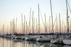 Yachts dans un port au crépuscule Photographie stock
