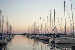 Yachts dans un port au crépuscule image stock