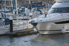 Yachts dans une marina Photo stock