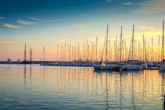 Yachts dans une marina image stock