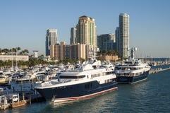 Yachts de luxe à la marina de Miami Beach Images libres de droits