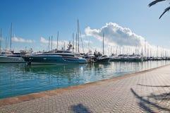 Yachts de luxe amarrés le long du Paseo Maritimo images stock