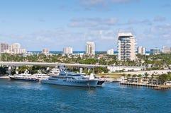 Yachts de luxe aux maisons de bord de mer dans le Fort Lauderdale Photo libre de droits