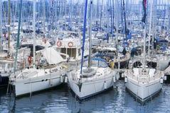 Yachts de luxe dans la marina Photo libre de droits