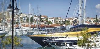 Yachts de luxe dans la marina Photos libres de droits