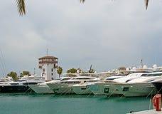 Yachts de luxe dans la marina de portails de Puerto Photo libre de droits
