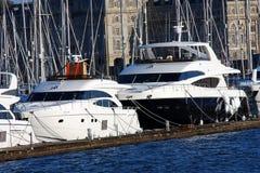 Yachts de luxe dans le port Photographie stock libre de droits