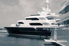 Yachts de luxe dans le port Photographie stock