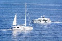 Yachts de luxe en mer Méditerranée près du Monaco Image stock