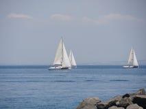 Yachts de luxe en mer Méditerranée - régate de navigation près de Sorrente, Italie Photos libres de droits