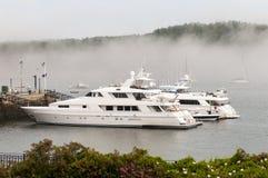 Yachts de luxe privés en brouillard Photographie stock libre de droits