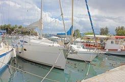 Yachts de moteur sur le dock Image stock