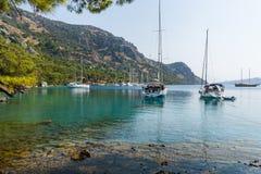 Yachts de navigation à la baie photo libre de droits