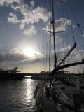 Yachts de navigation amarrés dans le coucher du soleil Image libre de droits