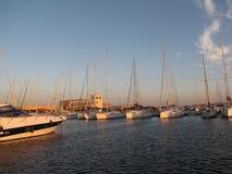 Yachts de navigation amarrés dans le coucher du soleil Images libres de droits