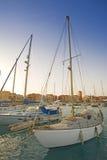 Yachts de navigation dans une marina Photo libre de droits