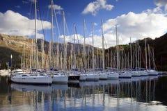 Yachts de navigation dans une marina Photos libres de droits