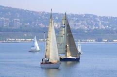 Yachts de navigation de baie de Varna, Bulgarie Image stock