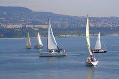Yachts de navigation de baie de Varna, Bulgarie Image libre de droits