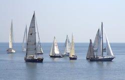 Yachts de navigation en mer ouverte Photographie stock libre de droits