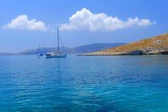 Yachts de navigation par l'île de Leipsoi Photo stock