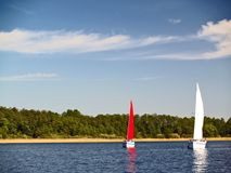 Yachts de navigation sur le lac photo stock