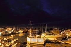 Yachts dedans pour la nuit Images libres de droits