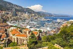 Yachts et appartements de luxe dans le port de Monte Carlo, Monaco Image stock