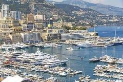 Yachts et appartements de luxe dans le port de Monte Carlo, Monaco Photographie stock
