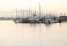 Yachts et bateaux dans l'aube de port de Ventura Photo stock