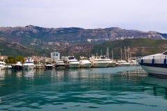 Yachts et bateaux dans la baie de Budva montenegro images stock
