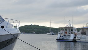 Yachts et bateaux dans la marina de Sibenik en Croatie banque de vidéos