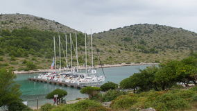 Yachts et bateaux dans la marina de Sibenik en Croatie clips vidéos