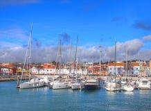 Yachts et bateaux dans le vieux port à Lisbonne Photo libre de droits