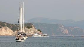 Yachts et bateaux sur la mer Parga banque de vidéos