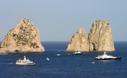 Yachts et falaises Image stock