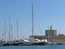 Yachts et le vieux château Photos libres de droits